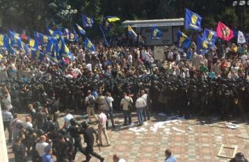 Митингующие под ВР бросили в силовиков боевую гранату, есть пострадавшие