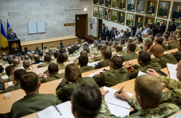 Порошенко приказал военным не расслабляться: до победы еще далеко