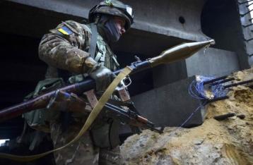 В результате обстрела в районе Песок погиб военный, еще один ранен