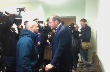 В суде неизвестный избил Добкина