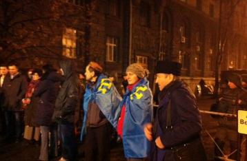Крымские татары проводят пикет под зданием АП