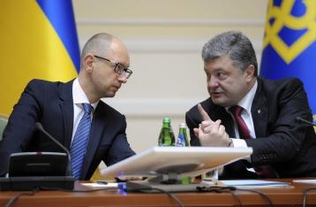 Порошенко просит Яценюка прекратить грузовое транспортное сообщение с Крымом