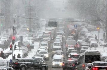 Снегопад сковывает движение в Киеве, пробки достигли пяти баллов