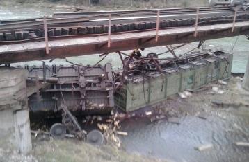 На Львовщине грузовой поезд сошел с рельсов, два вагона упали в реку