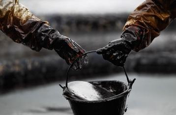 Цены на нефть упали ниже $33