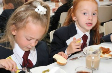 Школьникам не из малообеспеченных семей отменили бесплатное питание