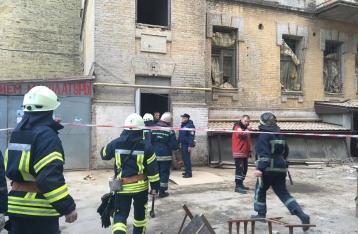 В центре Киева обвалилось здание, под завалами есть люди