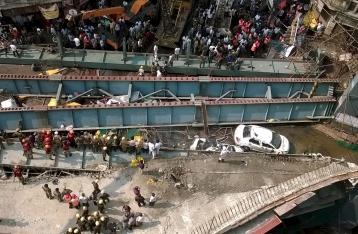 В Индии на оживленную улицу упала эстакада, 14 погибших