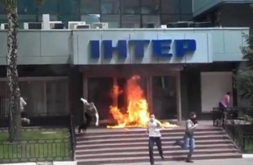 Неизвестные подожгли вход в офис «Интера»