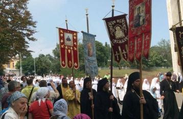 Молебен на Владимирской горке завершился, верующие направились в Киево-Печерскую лавру