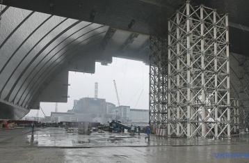 На четвертый энергоблок ЧАЭС начали надвигать защитную арку