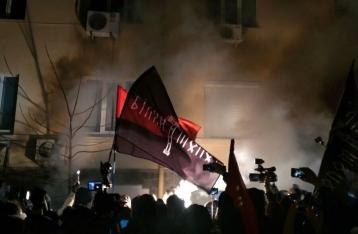 Активисты разбили окна в «офисе Медведчука» и разгромили витрину «Сбербанка»