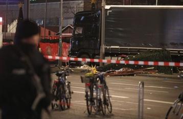 В Берлине грузовик въехал в рождественскую ярмарку: 12 погибших