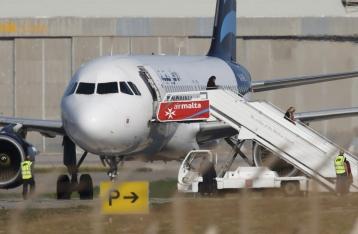Угонщики ливийского самолета сдались