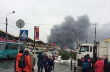 В Киеве возле «Дарынка» бушует пожар. Закрыты две станции метро
