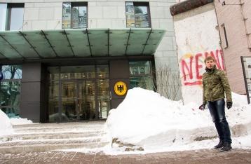 Против Гончаренко завели дело за граффити на фрагменте Берлинской стены
