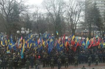 Участники Марша национального достоинства митингуют под ВР