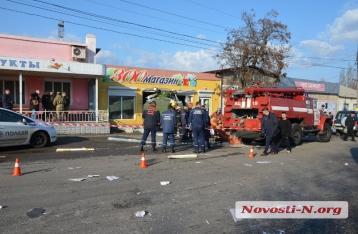 В Николаеве армейский бензовоз врезался в магазин, погиб военный