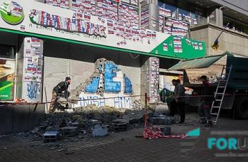Активисты «размуровывают» «Сбербанк» в Киеве
