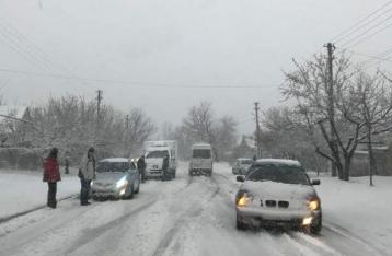 Снегопад заблокировал дороги и аэропорт в Днипре