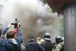 В Киеве участников акции «Бессмертный полк» забросали яйцами и дымовыми шашками