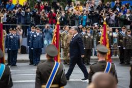 Порошенко поручил провести военный парад в День независимости