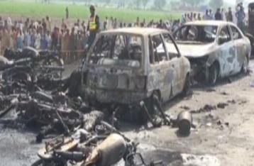 В Пакистане сгорел опрокинувшийся бензовоз, погибли более 120 человек