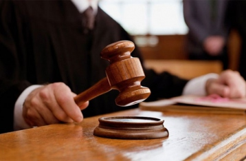 Суд принял самоотвод Мешечека: Януковичу поищут нового адвоката