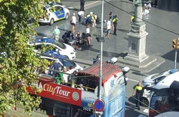 В центре Барселоны микроавтобус въехал в толпу людей