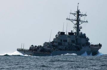 Эсминец США столкнулся с торговым судном у берегов Сингапура