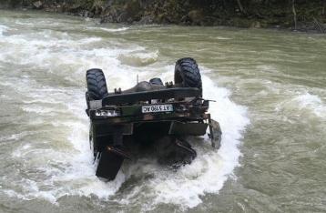 В Карпатах грузовик с туристами упал с обрыва в реку, погибли 3 человека