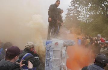 Под Радой требуют отставки Авакова, митингующие перевернули «бобик»