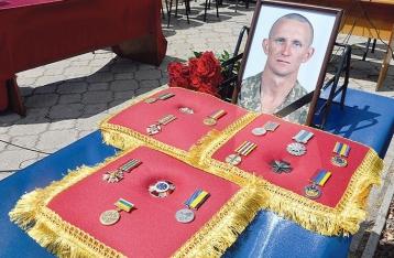 Отец военного, брошенного умирать под Зайцево, подал иск против Зеленского