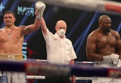 В сложном бою Усик победил Чисору решением судей
