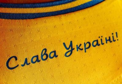 Раньше претензий не было: УЕФА обязал сборную Украины убрать лозунг с формы
