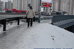 Через ожеледицю у Києві полетіли перші голови