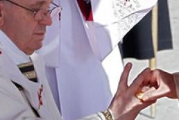 Папі Римському вручили символи влади