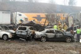 В США на скоростной трассе столкнулись 80 автомобилей