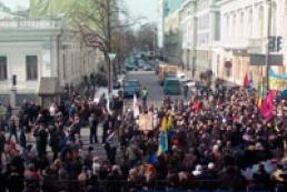 Сторонники оппозиции заблокировали движение возле Рады