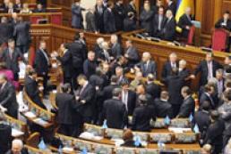 Оппозиция заблокировала трибуну и президиум