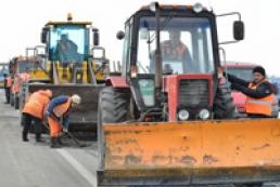 Азаров вимагає активізувати ремонт доріг