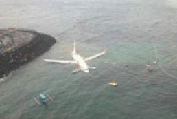 На Бали самолет при посадке упал в море