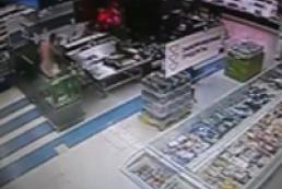 Мужчина голышом искупался в аквариуме супермаркета