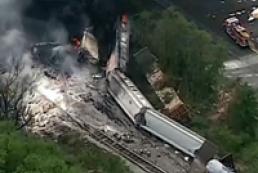 В США сошел с рельсов поезд, взрыв разрушил здания