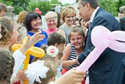 Янукович благодарен всем, кто занимается делом усыновления детей