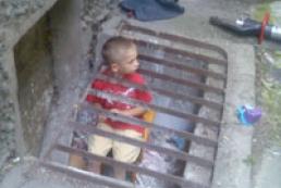 В Кременчуге мальчик застрял между прутьями металлической решетки