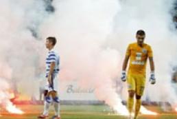 Фаны «Севастополя» забросали стадион файерами и обломками кресел