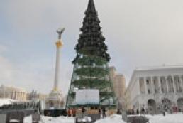 Предновогодний скандал: главная елка страны за 3 миллиона гривен проржавела под дождем и солнцем