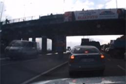 С платформы метро «Днепр» на проезжую часть упала женщина