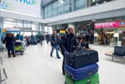 Пассажиры двух отмененных рейсов заблокировали работу «Жулян»